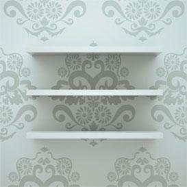 Detalle de baldas blancas sobre fondo de papel pintado con estampado en blanco y gris