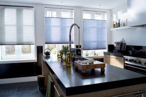 Ventanas de cocina con cortinas plisadas