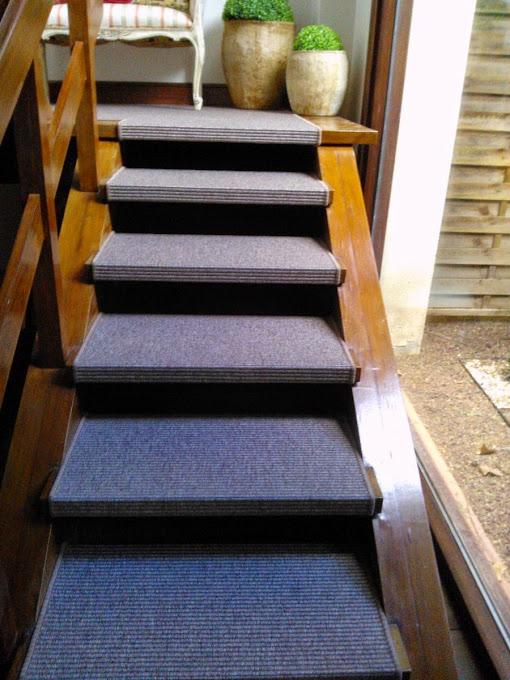 Alfombras y moquetas archivos entrecolores for Escaleras con alfombra