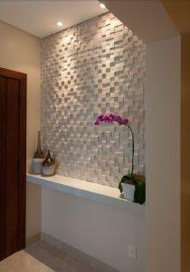 Recibidor decorado con balda volada y pared de revestimiento cerámico