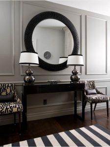 Recibidor clásico-chic con pared panelada