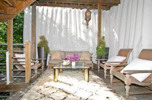 Cortinas colgadas en barra en porche exterior