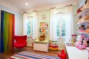 Cortinas con anillas de colores en habitación infantil