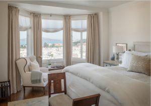 Cortinas en barra combinadas con estores paqueto en mirador dormitorio