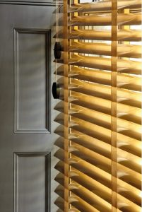 Detalle de cortina veneciana con cintas decorativas