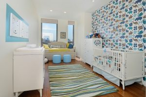 Dormitorio infantil con alfombra en tonos azules y verdes
