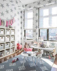 Habitación de juegos con alfombra infantil tipo jarapa en tonos grises