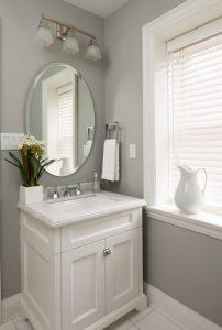 Persiana veneciana de aluminio en cuarto de baño