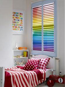 Persiana veneciana multicolor para dormitorio infantil
