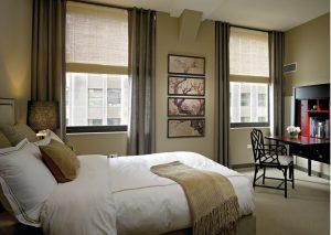 Cortinas y estores de lino en dormitorio principal