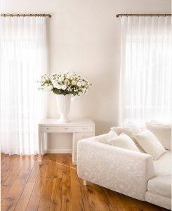 Visillos de lino en ambiente clásico