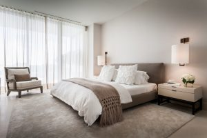 Visillos para dormitorio colgados en riel