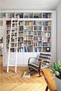 Librería lacada a medida con puertas bajas