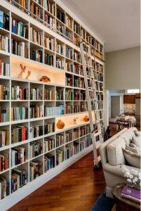 Librería a medida con huecos iluminados