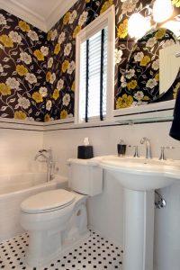 Baños con Papel pintado de flores con fondo negro
