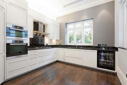 cocina moderna con pared gris