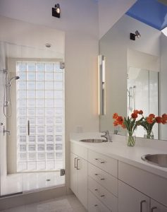 Baño con pared de pavés