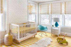 Estores plegables en dormitorio de bebé