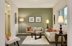 Salón con pared pintada en verde oliva