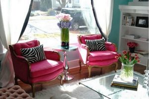 Pareja de sillones clásicos retapizados con terciopelo fucsia