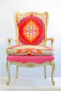 Sillón clásico tapizado con una combinación de tapicerías