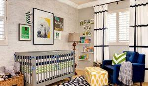 Sillón tapizado con reposapiés para habitación de bebé