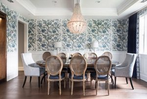 Sillones tapizados presidiendo mesa de comedor