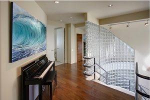 Tiro de escaleras con pared de pavés