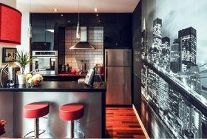 Cocina negra brillo con fotomural urbano nocturno