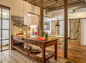 Cocina retro abierta en Loft con baldosa hidráulica