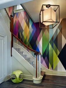 Escalera con papel pintado multicolor