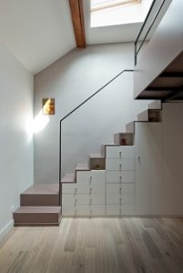 Escaleras para acceder a altillo con armario empotrado bajo el hueco