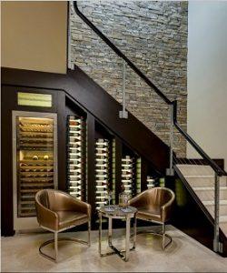Escaleras con cava de vinos bajo el hueco