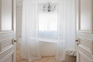 Visillos rodeando una bañera exenta