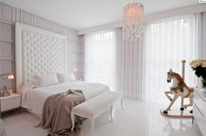 Visillos con galería corrida en dormitorio blanco