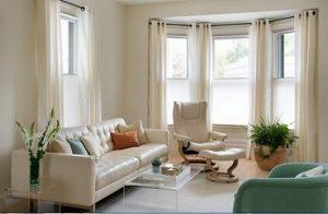 Ventanas oscilobatientes con cortinas plisadas y cortinas en barra