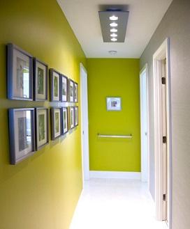 C mo decorar el pasillo con papel pintado - Papel pintado para puertas ...