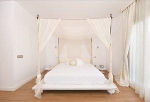 cama-con-dosel-sobre-estructura-de-forja