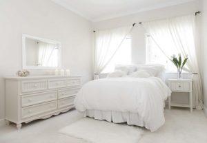 Visillos blancos colgados en barra para dormitorio romántico