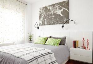 Visillos con topos verdes en dormitorio moderno
