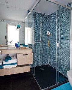 Recinto de ducha con mampara y rociador