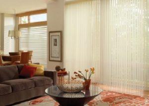 Cortinas verticales para salón de estilo clásico actualizado