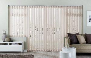 Cortinas verticales para salón de estilo minimalista