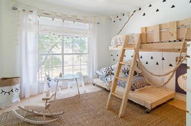 Habitación infantil de estilo nórdico con cortinas de lino en barra
