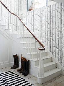 Escaleras con papel pintado estampado ramas de árboles