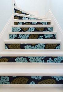 Escaleras con papel pintado en escalones