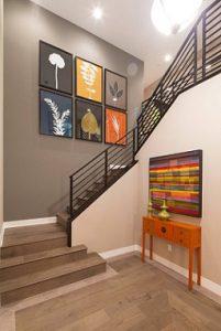 Escaleras con papel pintado liso