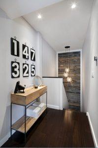 Frente de escaleras con papel textura madera