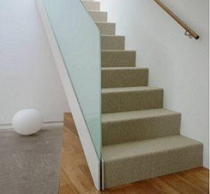 Moqueta para escaleras cubriendo todo el peldaño