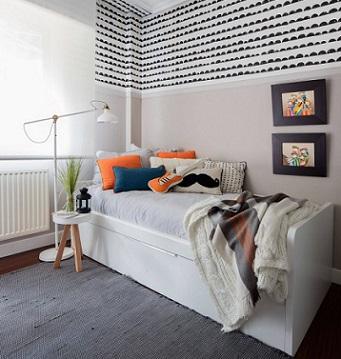 Habitación juvenil con papel pintado en blanco y negro